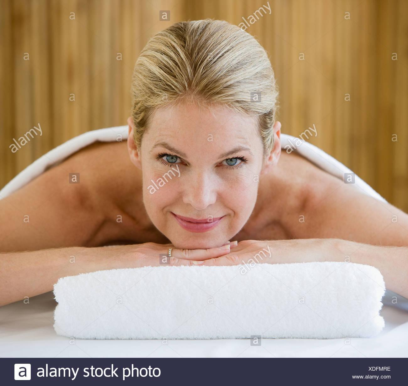 Femme sur la table de traitement spa Photo Stock