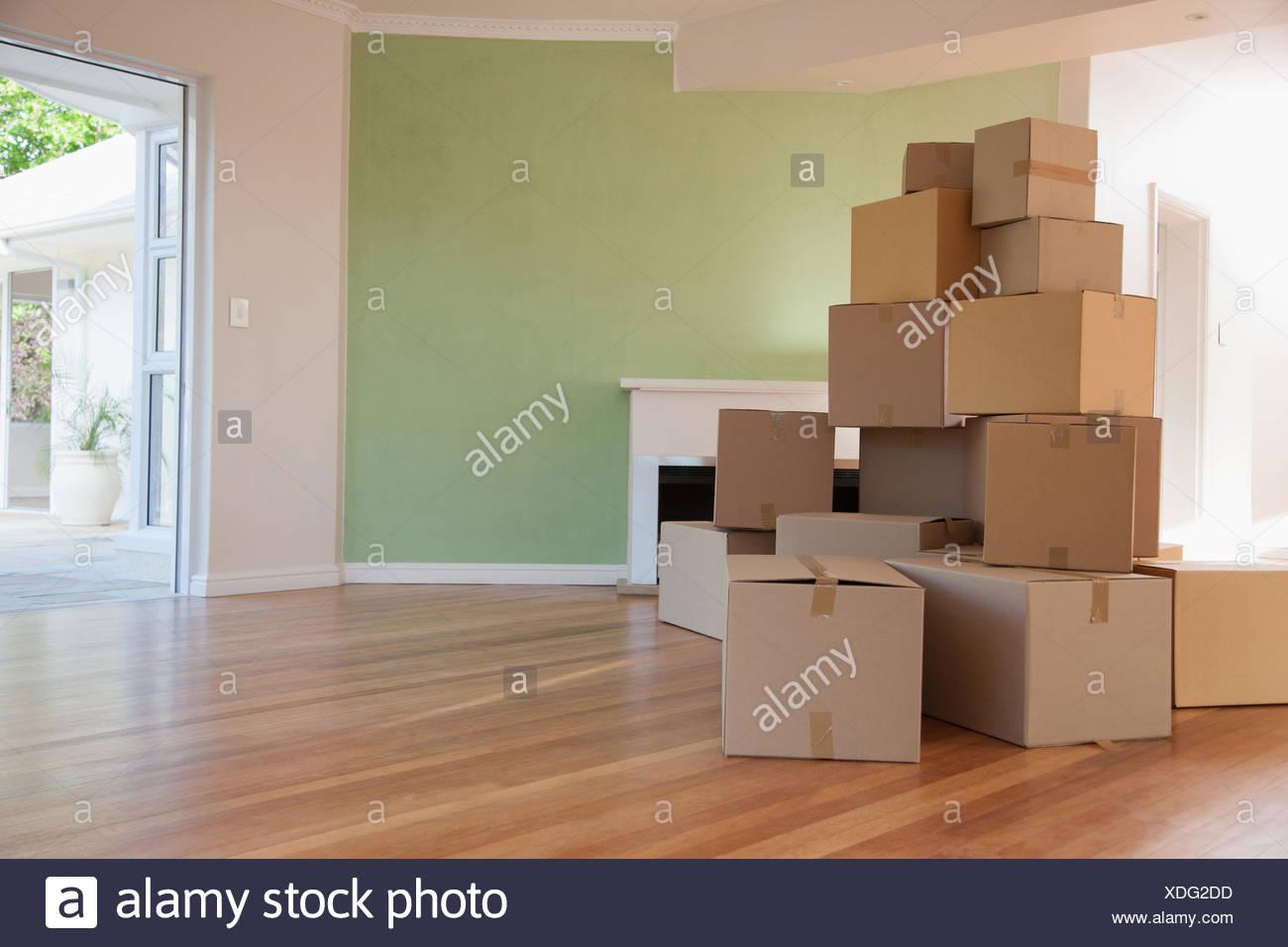 Boxes empilés dans salon de new house Photo Stock