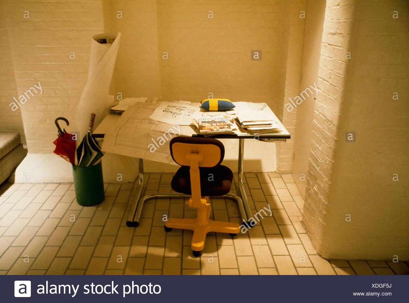 Chaise de bureau jaune et architectes planche à dessin dans années
