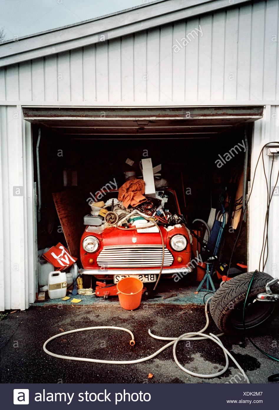 Vieille voiture dans garage malpropre Photo Stock