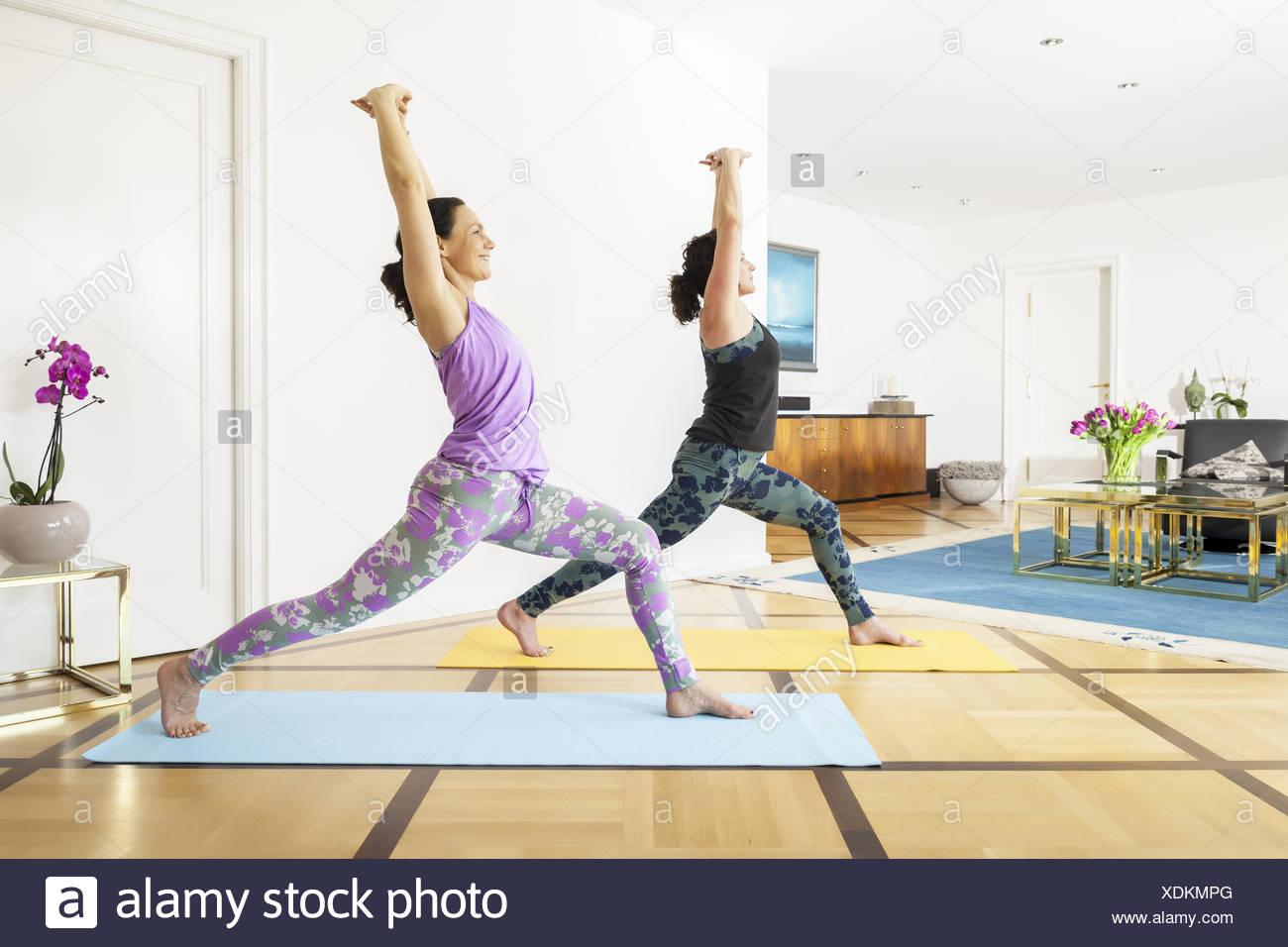Deux femmes faisant du yoga à la maison Banque D'Images