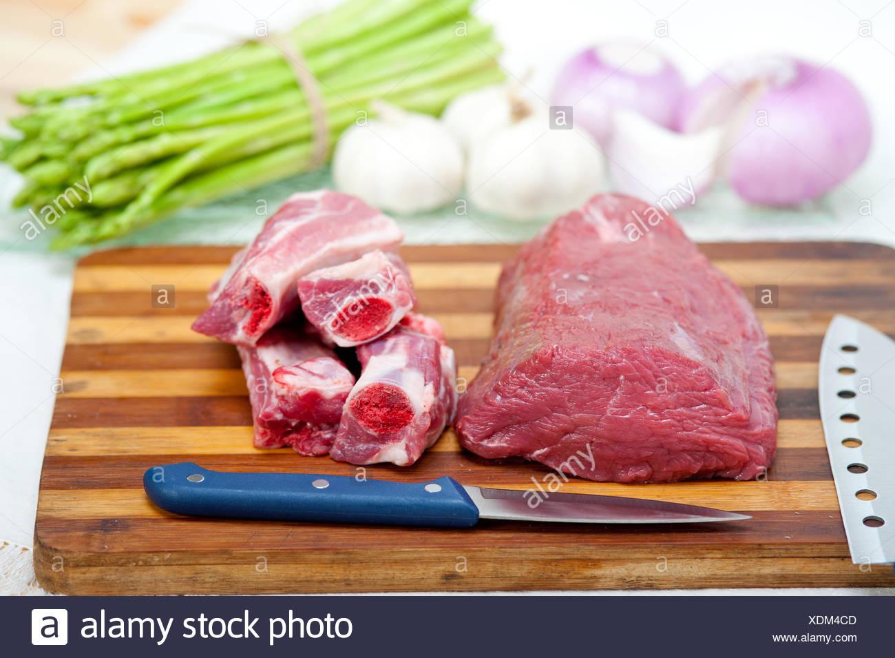 Côtes de porc et de b oe uf cru Banque D'Images
