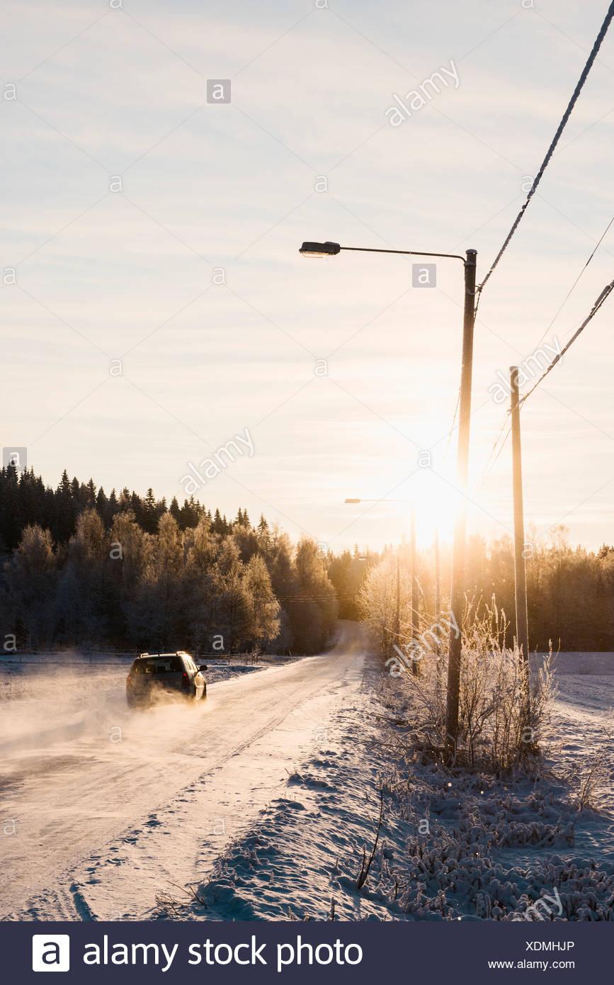 En descendant de voiture route couverte de neige Banque D'Images