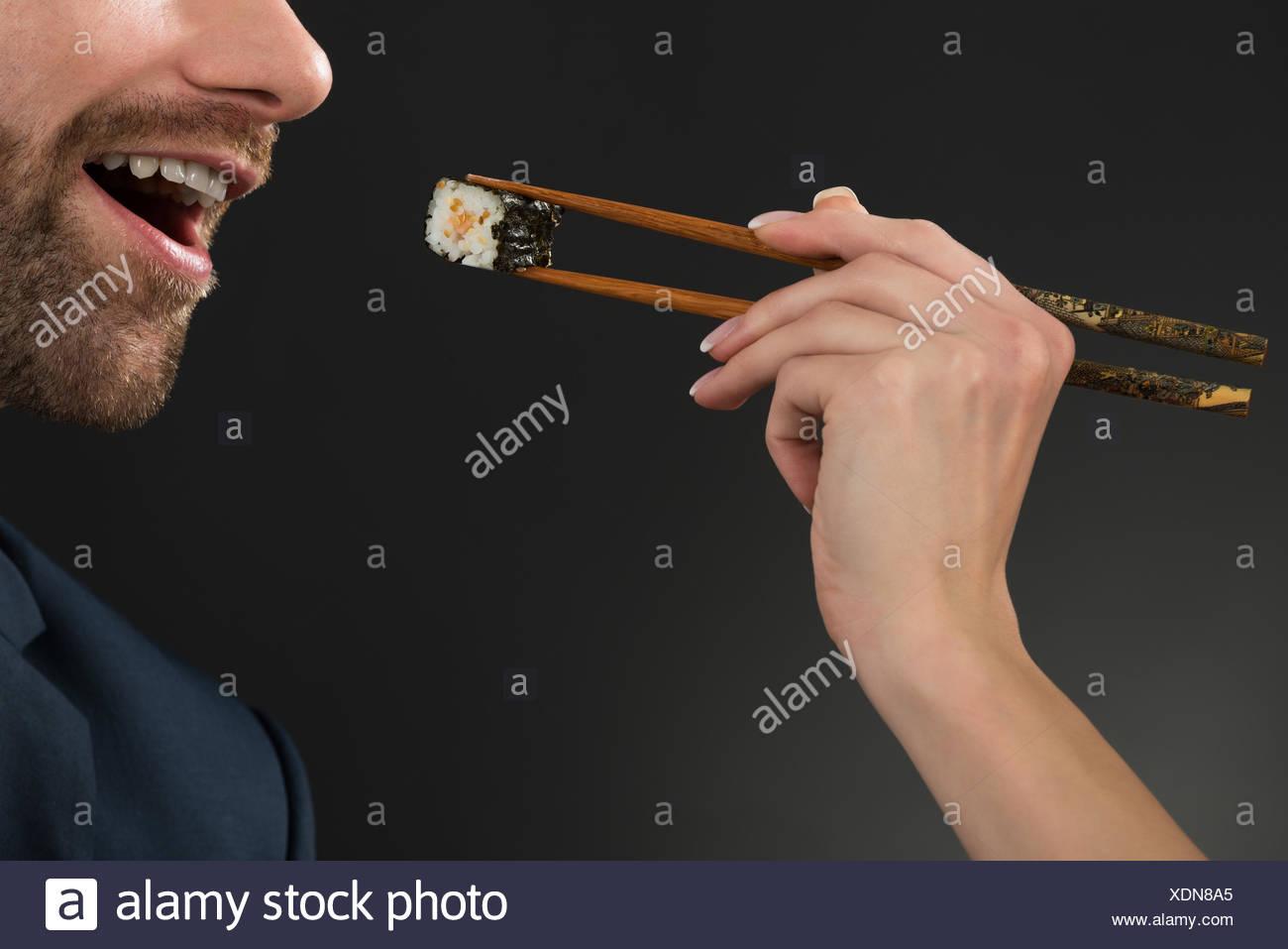 Homme d'alimentation au Restaurant Banque D'Images