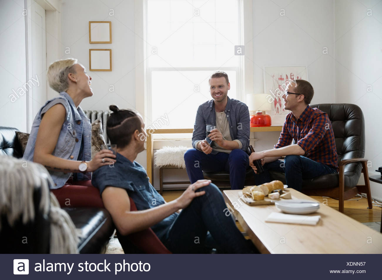 Les couples hétérosexuels et homosexuels hanging out salle de séjour Photo Stock