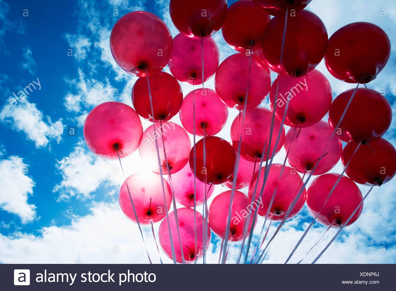 Ballons rouges sur fond de ciel bleu Photo Stock