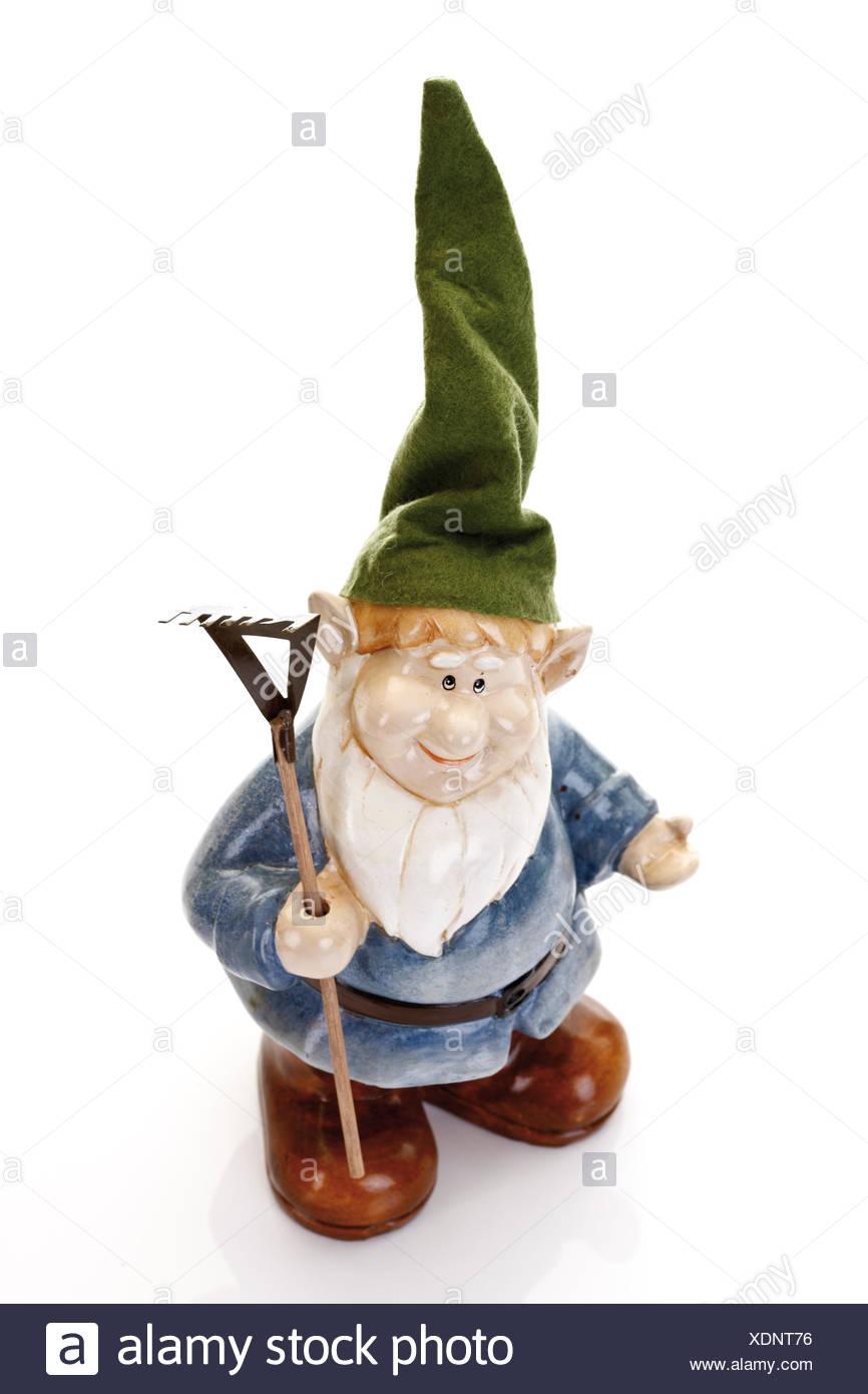Nain de jardin portant chapeau pointu tenant un râteau