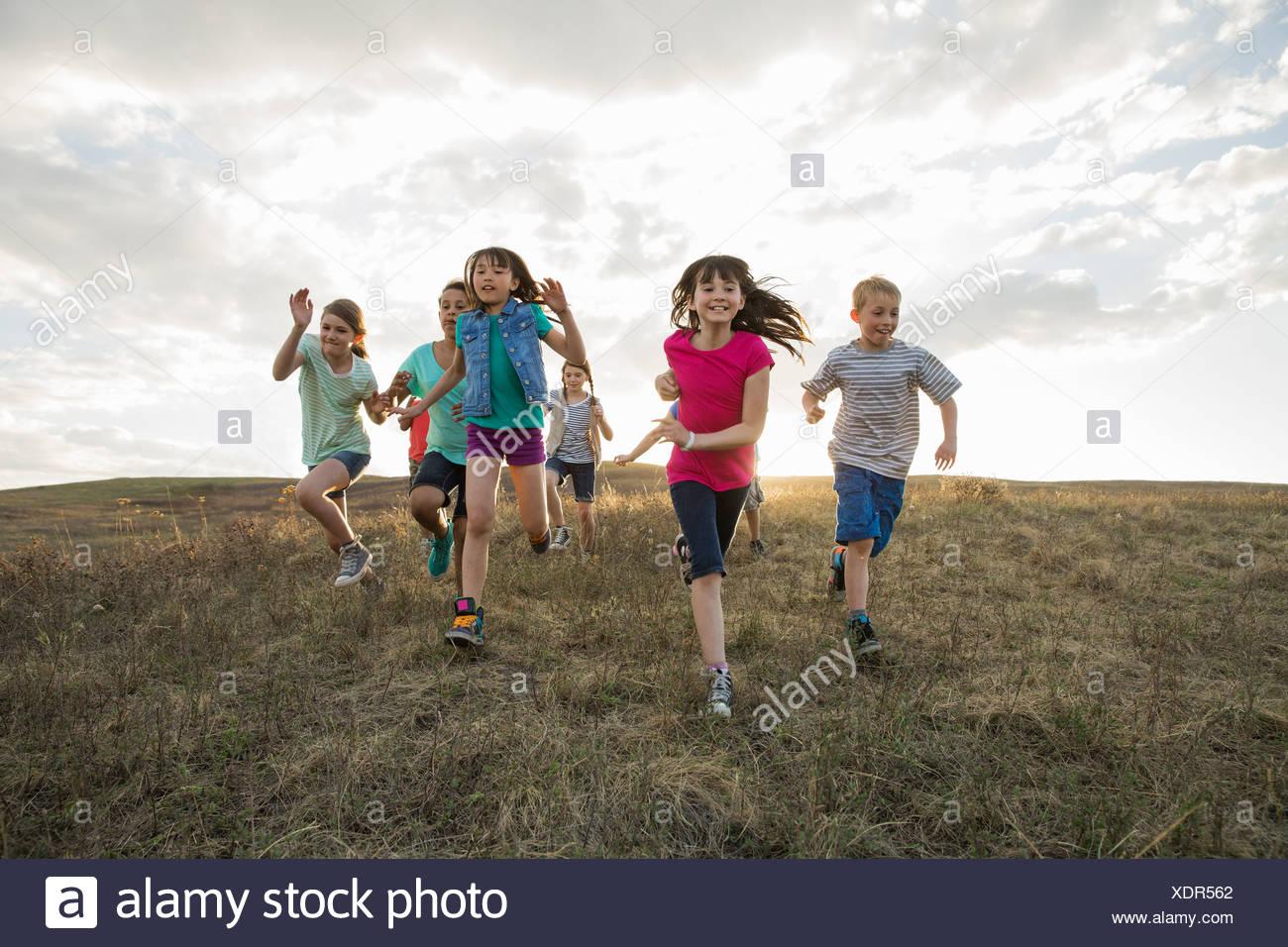 Heureux les enfants d'exécution sur hillside Photo Stock