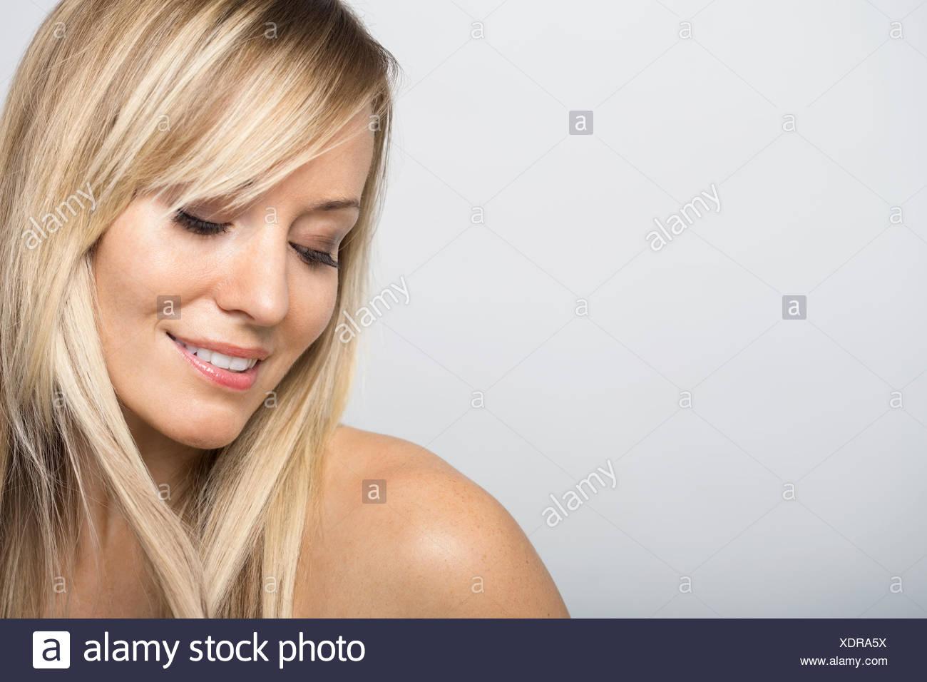 Femme blonde avec poitrine nue à la bas Photo Stock