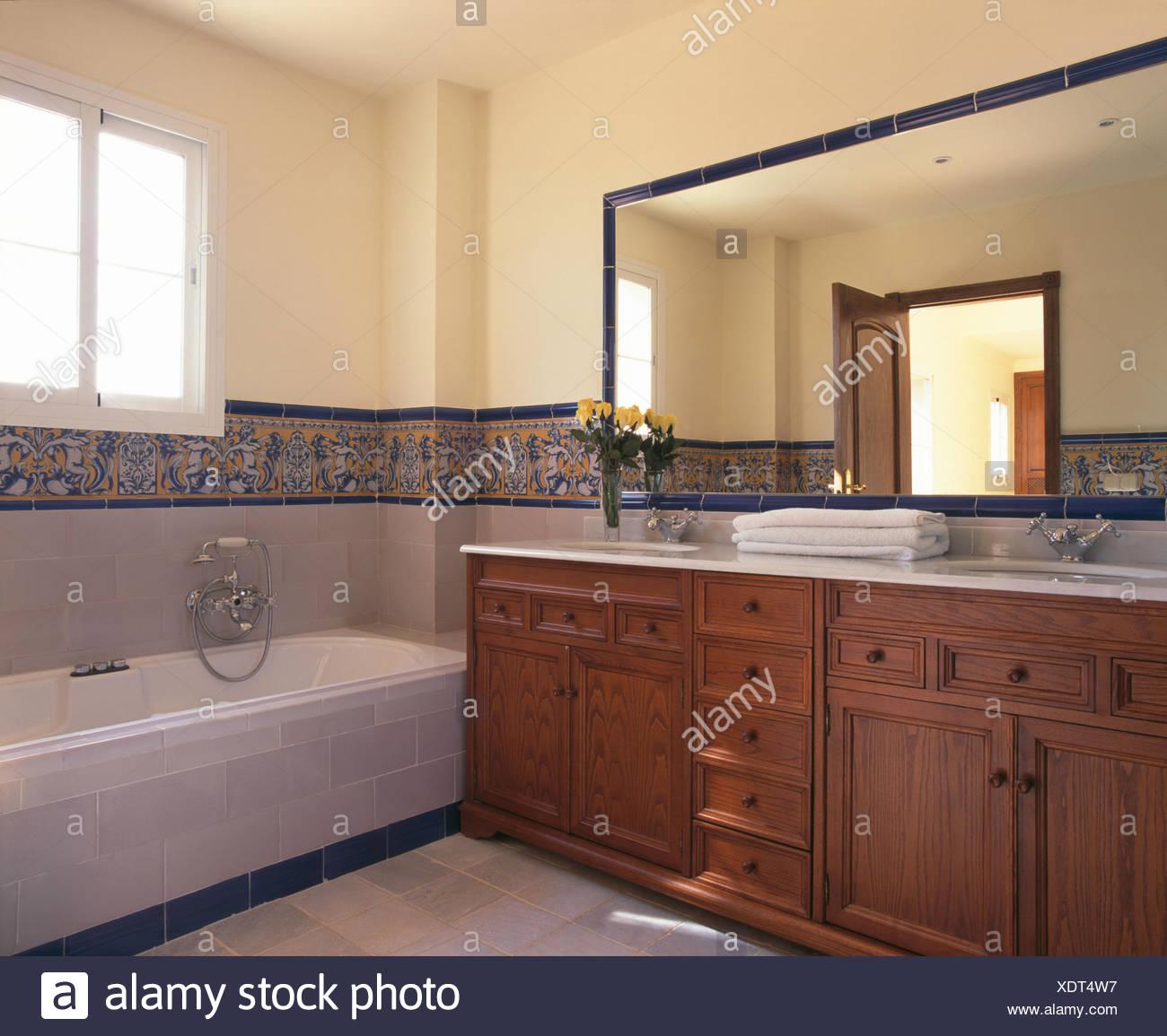 Grand miroir au-dessus du lavabo dans la salle de bains moderne avec ...