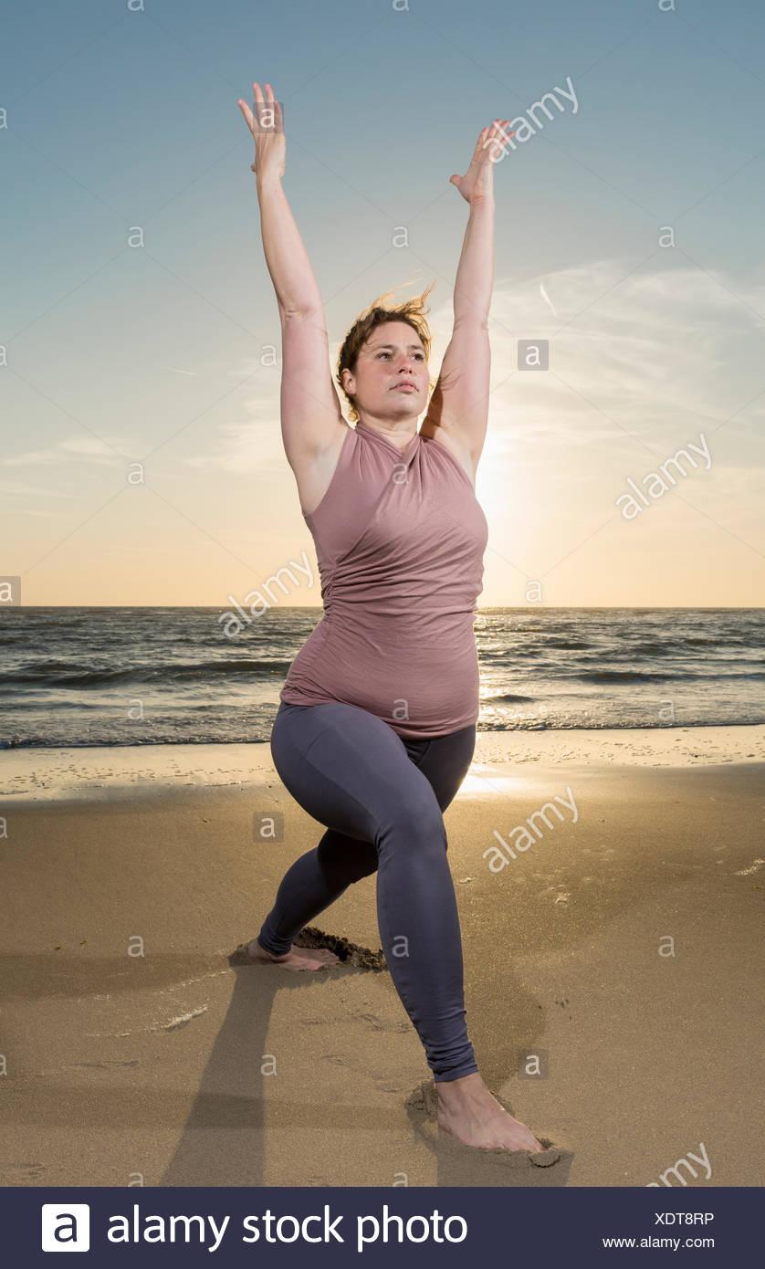Libre sur une plage au coucher du soleil, guerrier poser Photo Stock