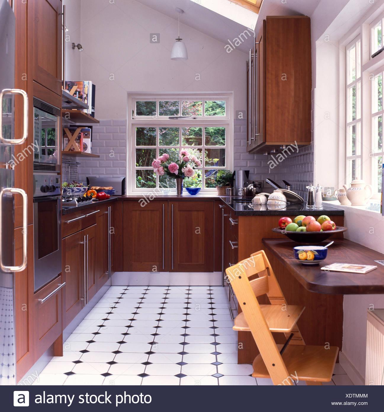 Cuisine moderne en bois avec carrelage noir et blanc Banque ...