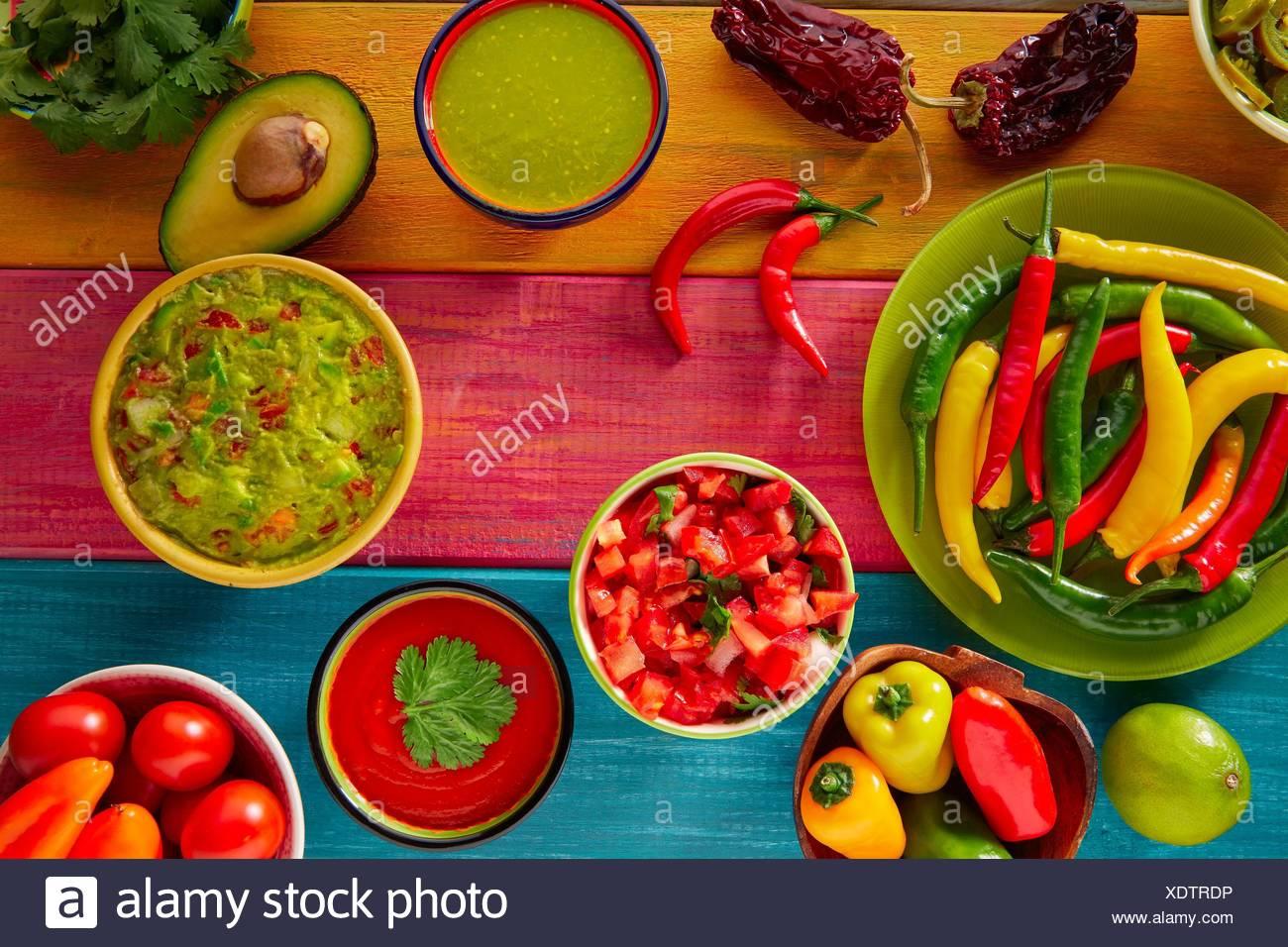 La nourriture mexicaine guacamole nachos sauce chili mixte fromage cheddar trempette citron pico de gallo. Photo Stock