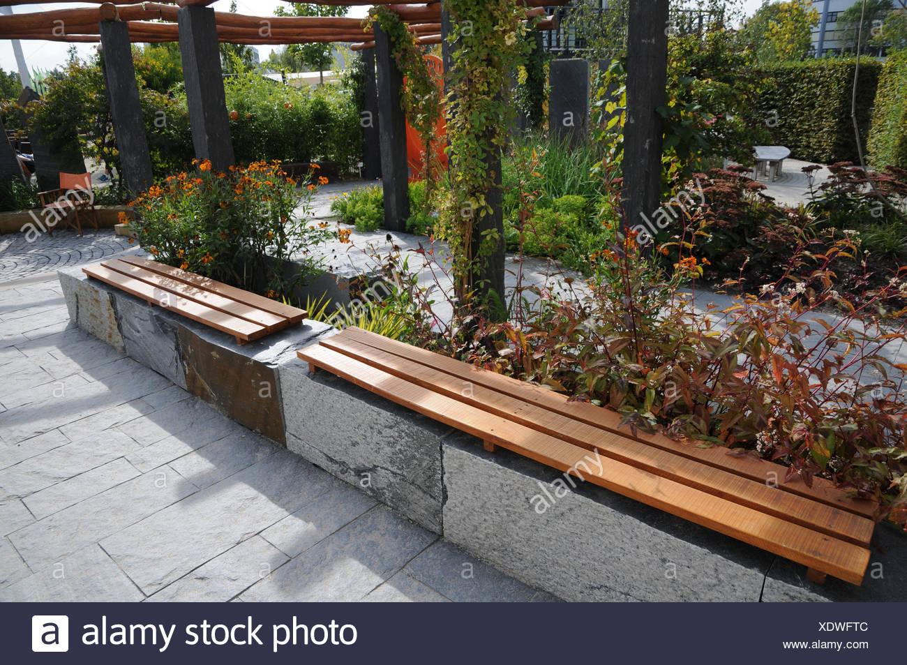 Jardin Avec Banc En Pierre Et Bois Banque Dimages Photo Stock