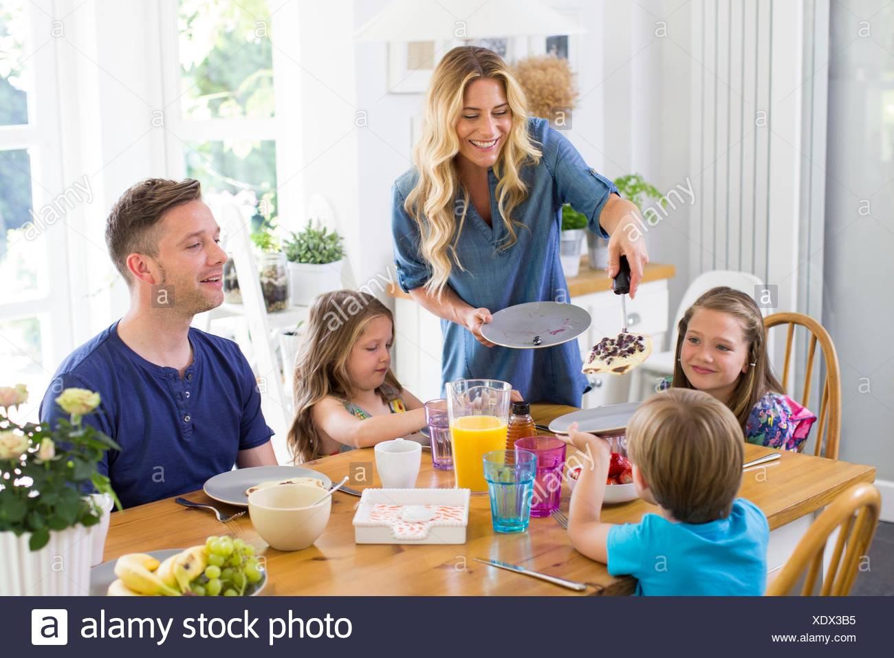 Parution de la propriété. Parution du modèle. Famille à la table d'un repas. Photo Stock