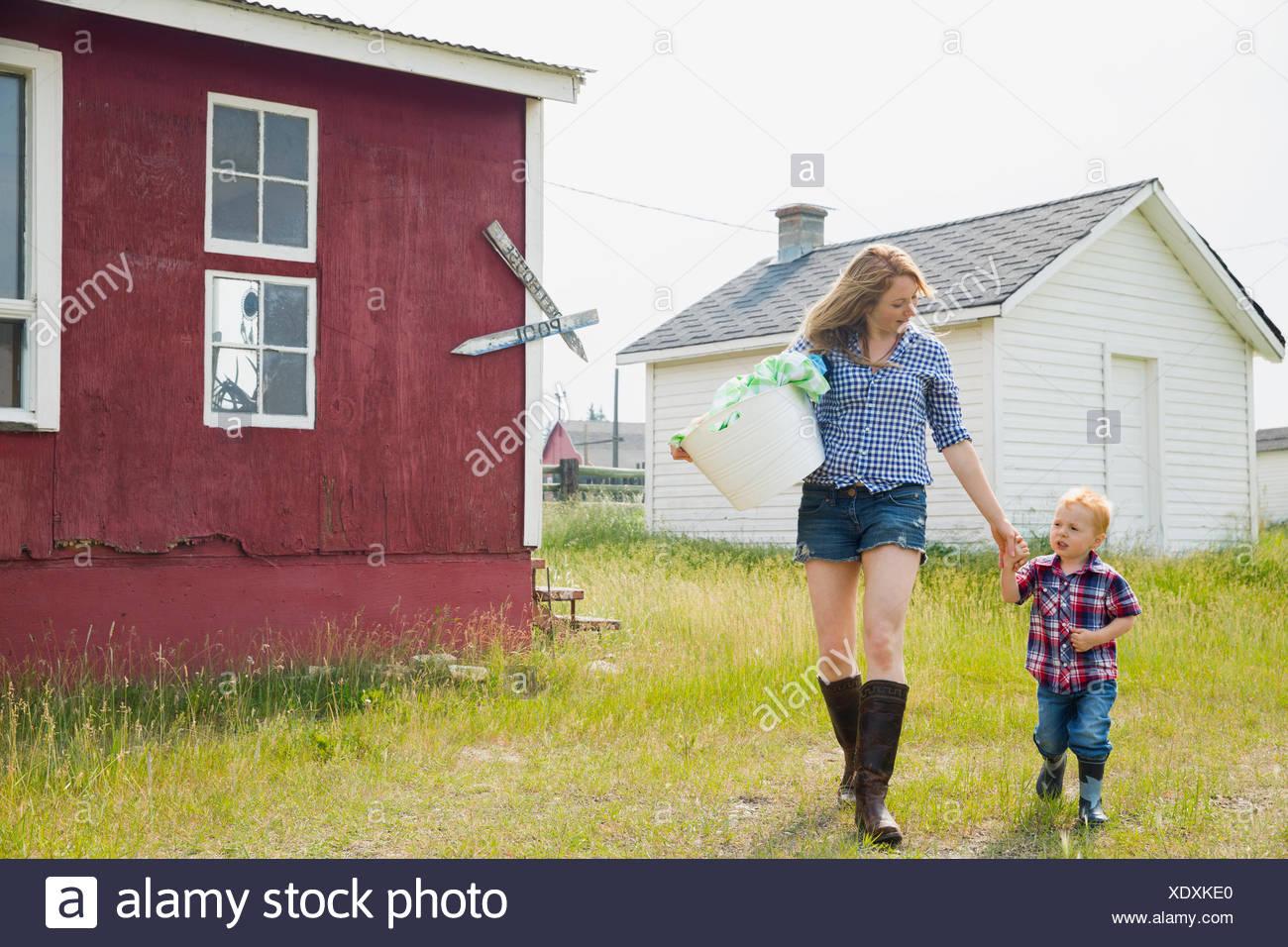 La mère et le fils à l'extérieur chambre blanchisserie comptable Photo Stock