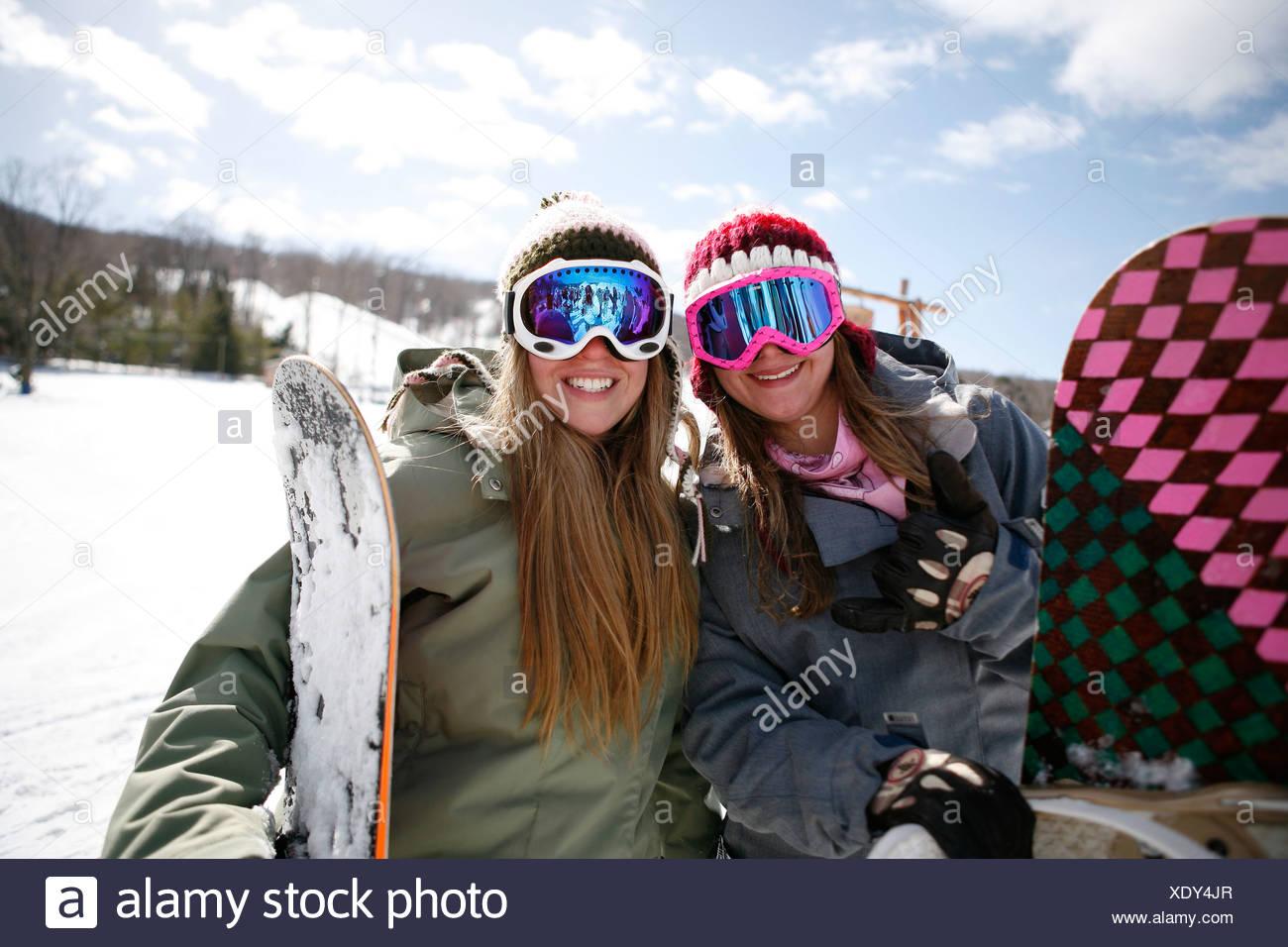 44cd223dca Deux femmes portant des lunettes de ski smiling Banque D'Images ...