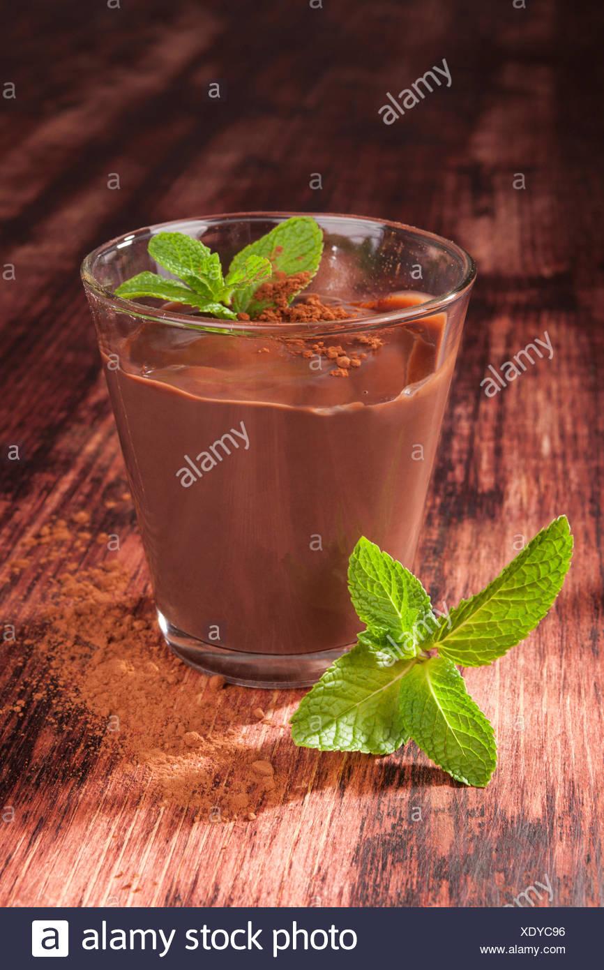Délicieux pudding à la menthe fraîche sur fond de bois. Dessert sucré culinaire de manger. Photo Stock