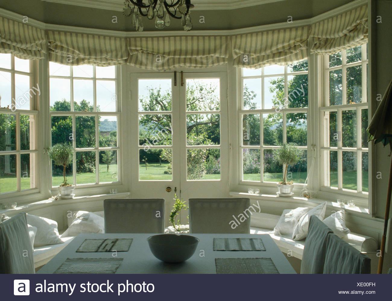 les stores des fentres la franaise rayures en pays salle manger avec vue sur le jardin