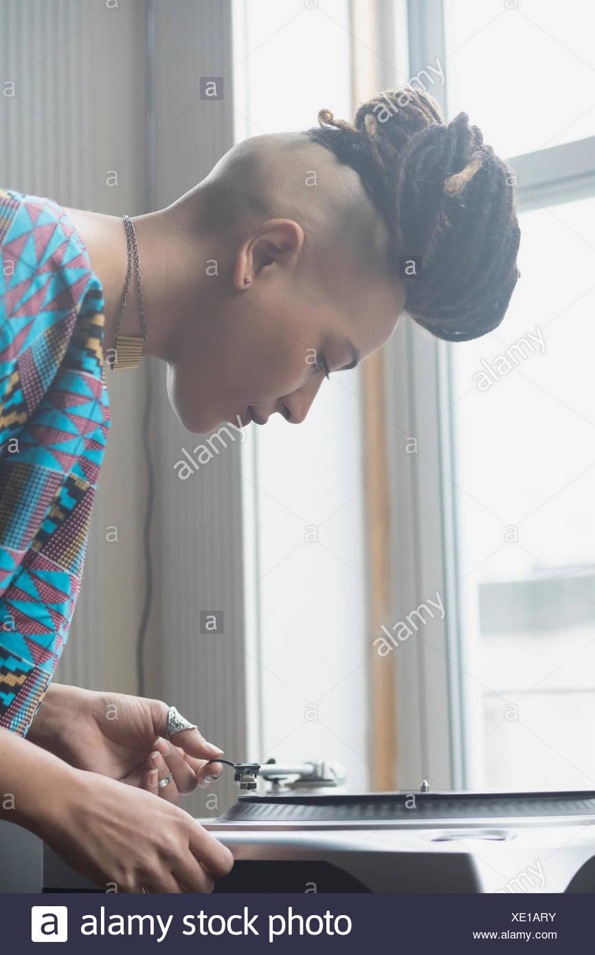 Une jeune femme par un record player Photo Stock