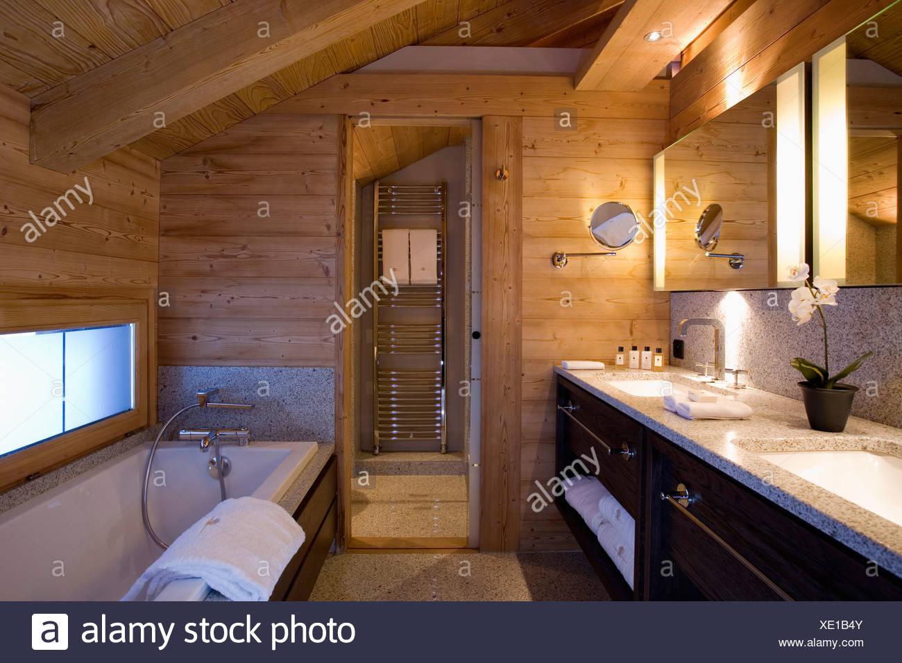 Salle De Bains Moderne Avec Des Murs En Bois Et Plafond Dans Alpine Chalet  à Chamonix