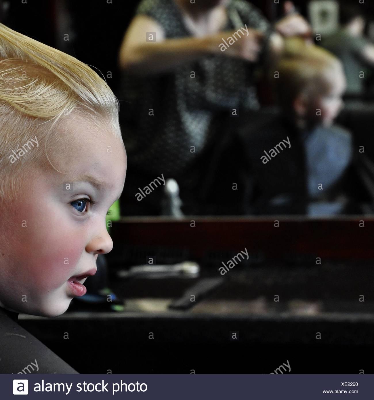 Garçon faisant couper les cheveux au salon de beauté Banque D'Images