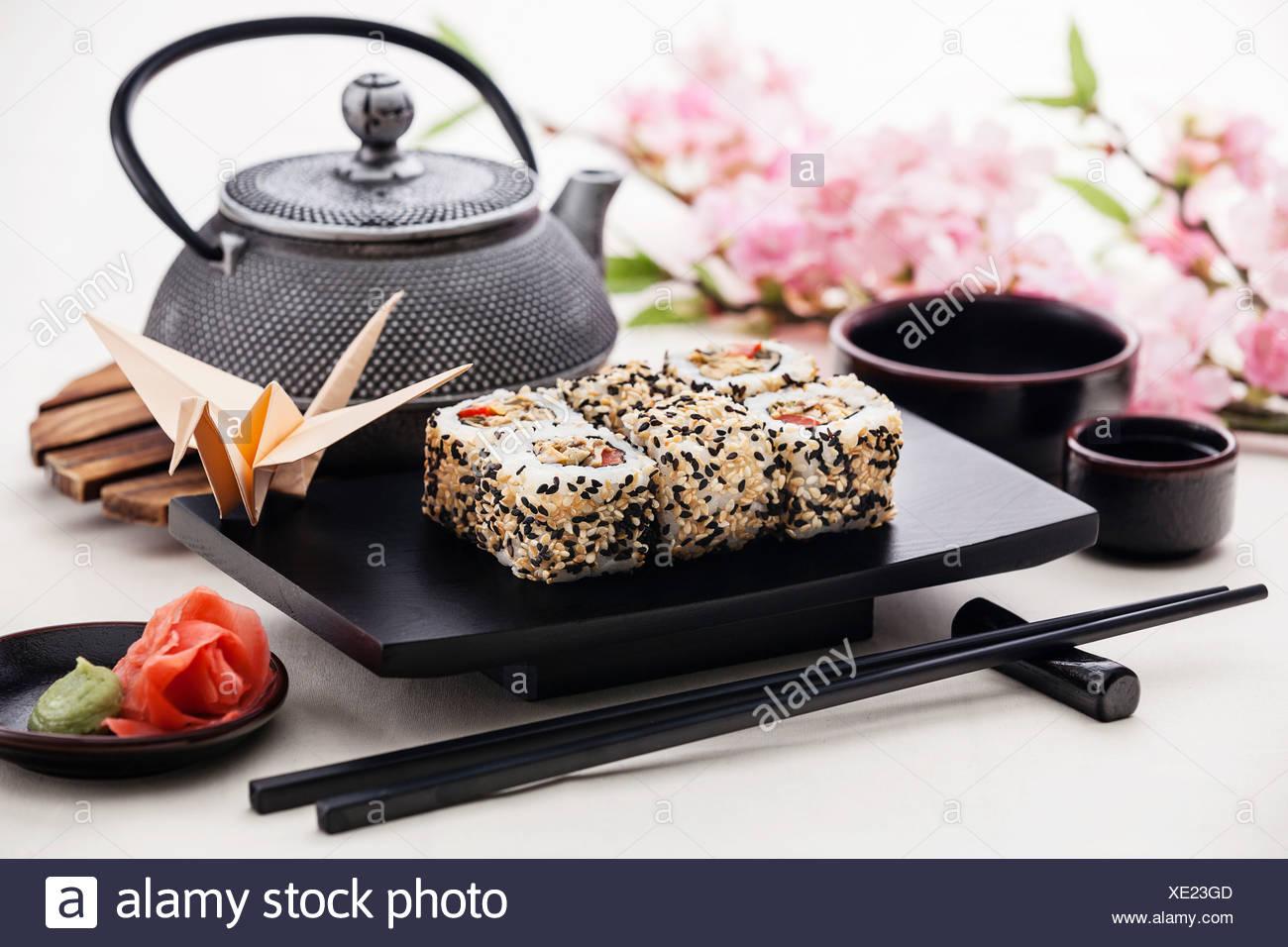 Rouleaux de sushi avec de la sauce soja et le gingembre Photo Stock
