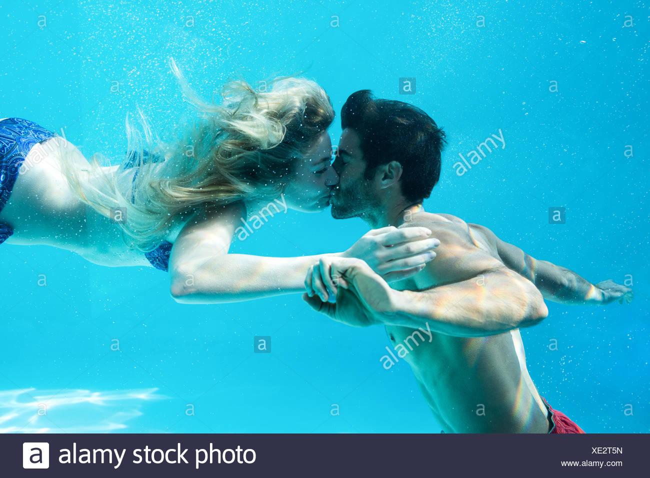 Sous l'heureux couple kissing Photo Stock