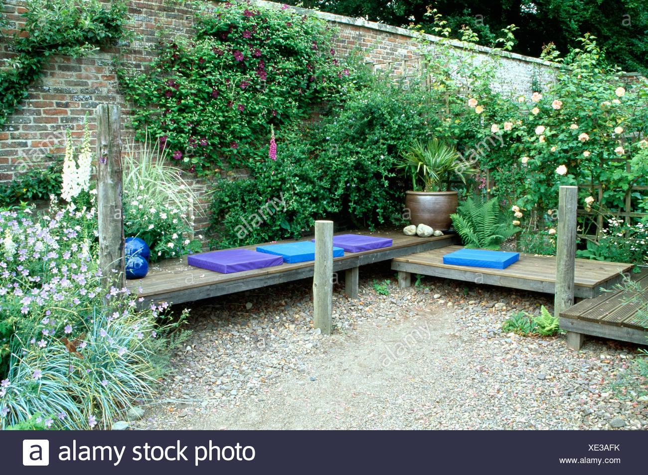 Salon de jardin clos gravillonné avec coussins bleu faible ...