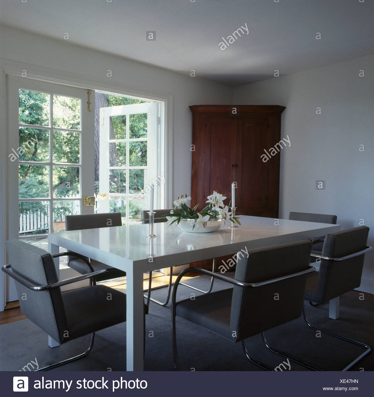 De confortables chaises gris et blanc table en blanc moderne ...