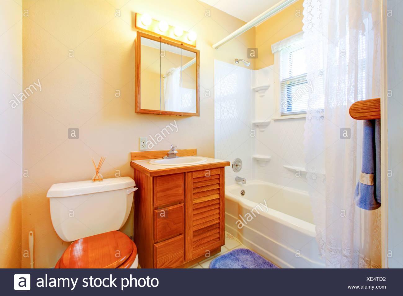 Simple petite vieille salle de bains avec meuble en bois et ...
