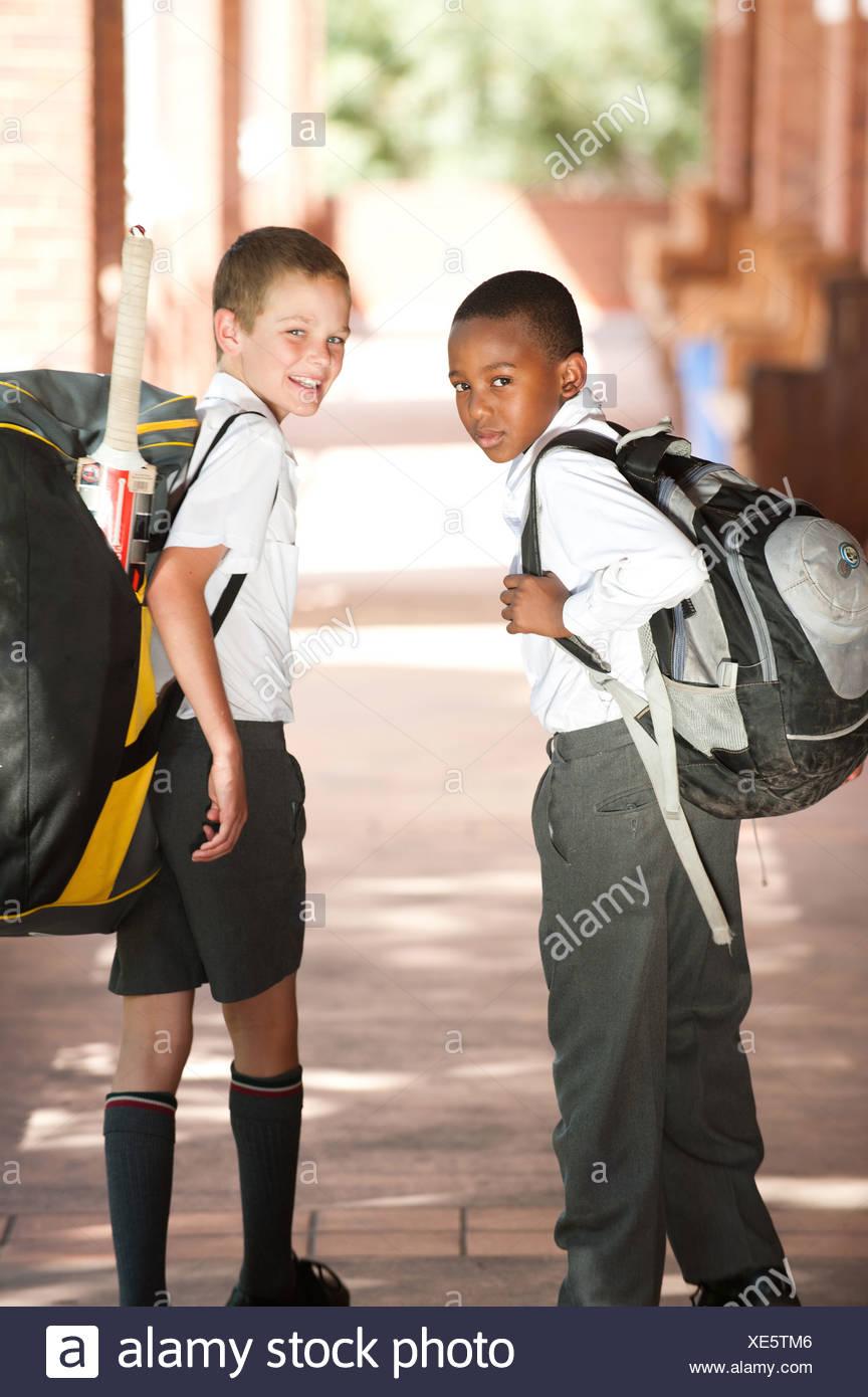 Portrait de deux garçons marchant dans couloir d'école, Johannesburg, la Province de Gauteng, Afrique du Sud Photo Stock