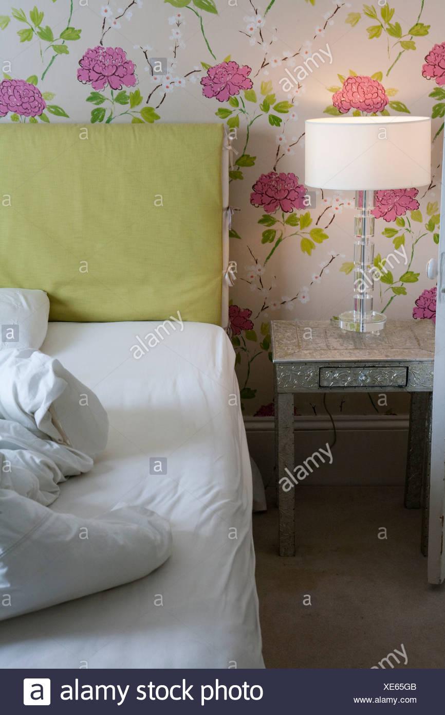 Chambre avec lit à couette froissée Photo Stock