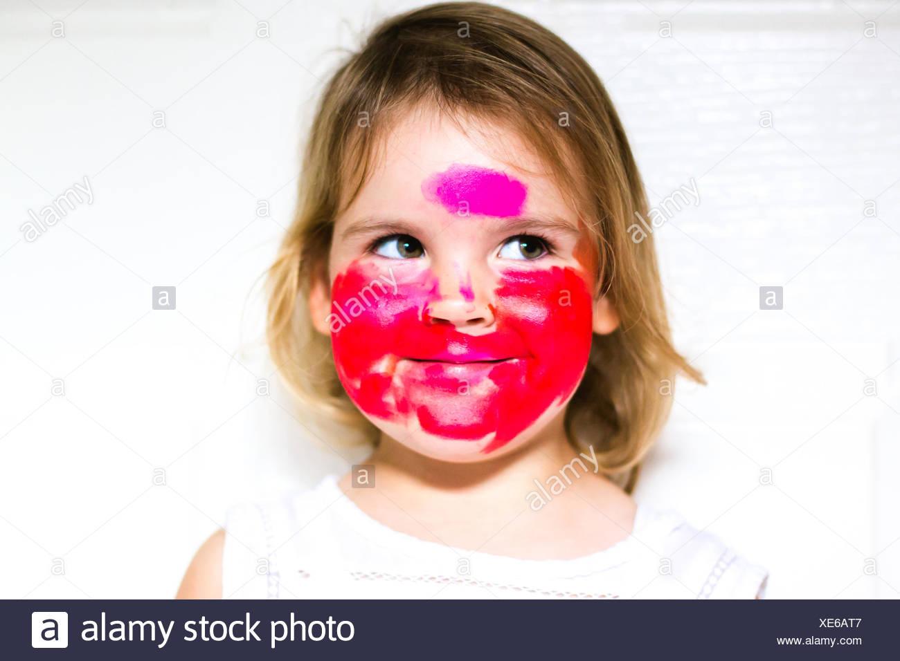 Portrait d'une fille avec tout son visage rouge à lèvres Banque D'Images