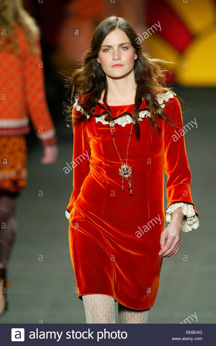 77d8c5441ce Brunette model Missy Rayder portant un court de couleur orange brûlé équipé  robe en velours de couleur crème et des manches en dentelle