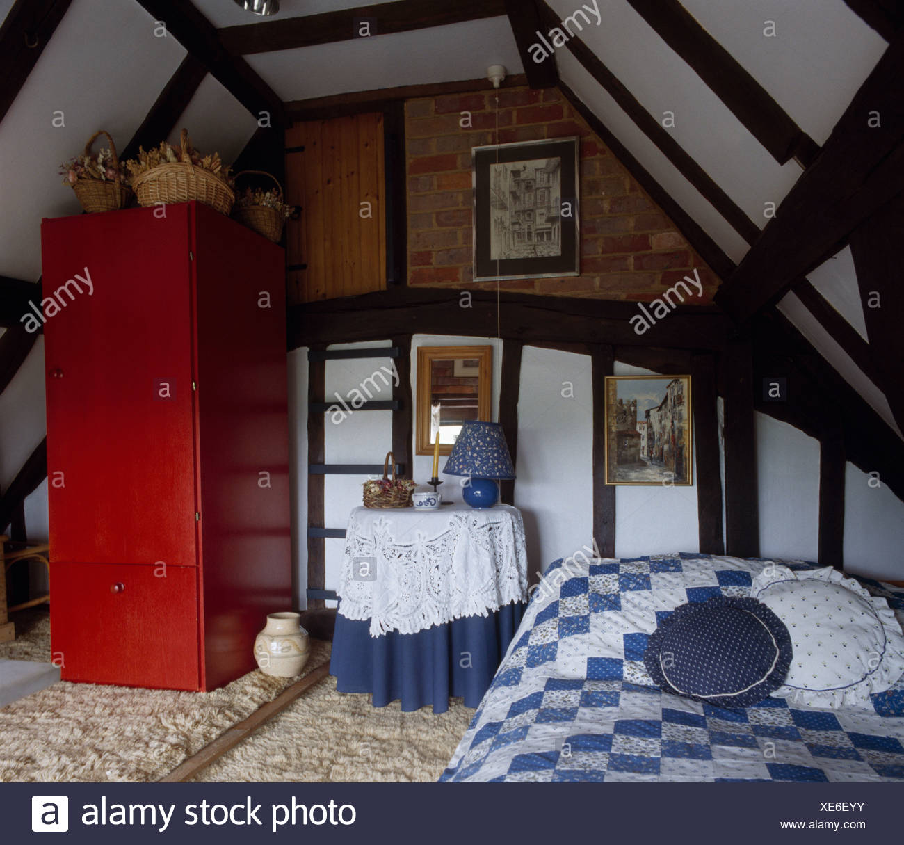 Grenier chambre avec pays d\'arlequin bleu et blanc sur lit et ...