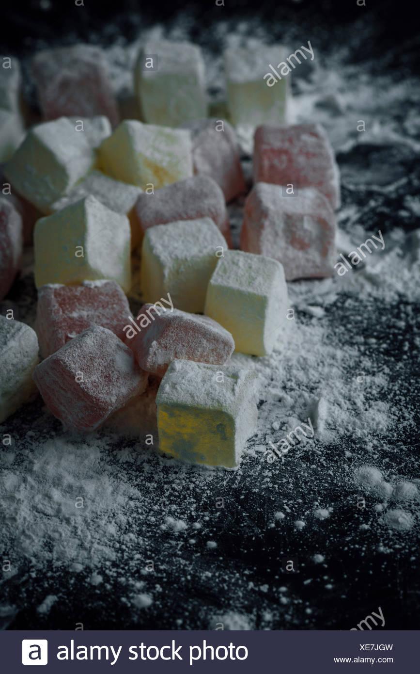 Classic loukoums en deux couleurs saupoudré avec de l'amidon. Photo Stock