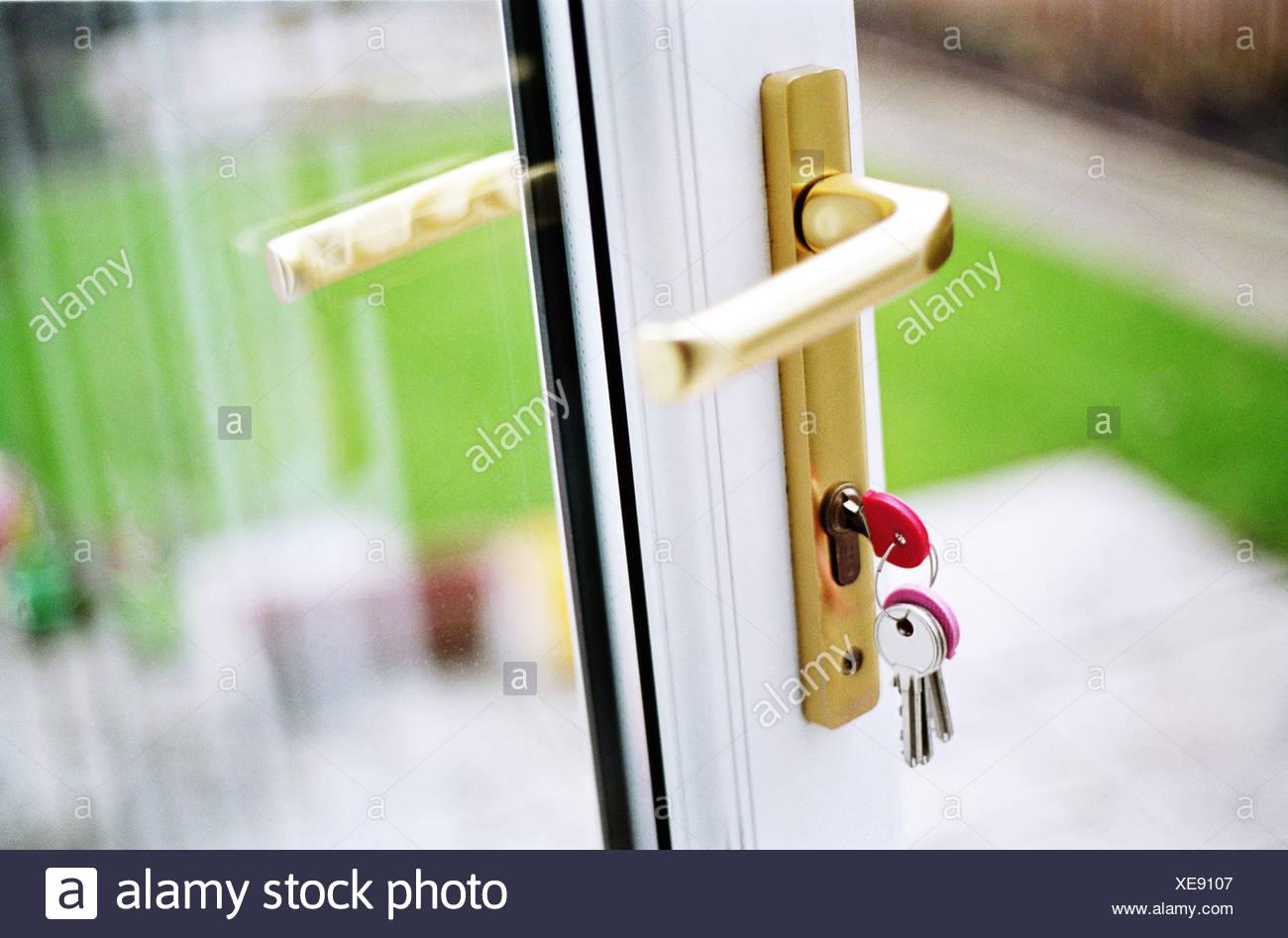 Une porte ouverte avec les clés dans la serrure Photo Stock