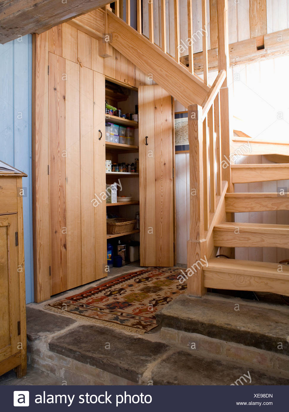 Escalier En Bois Avec Rangement escalier en bois dans le hall avec placard de rangement pin