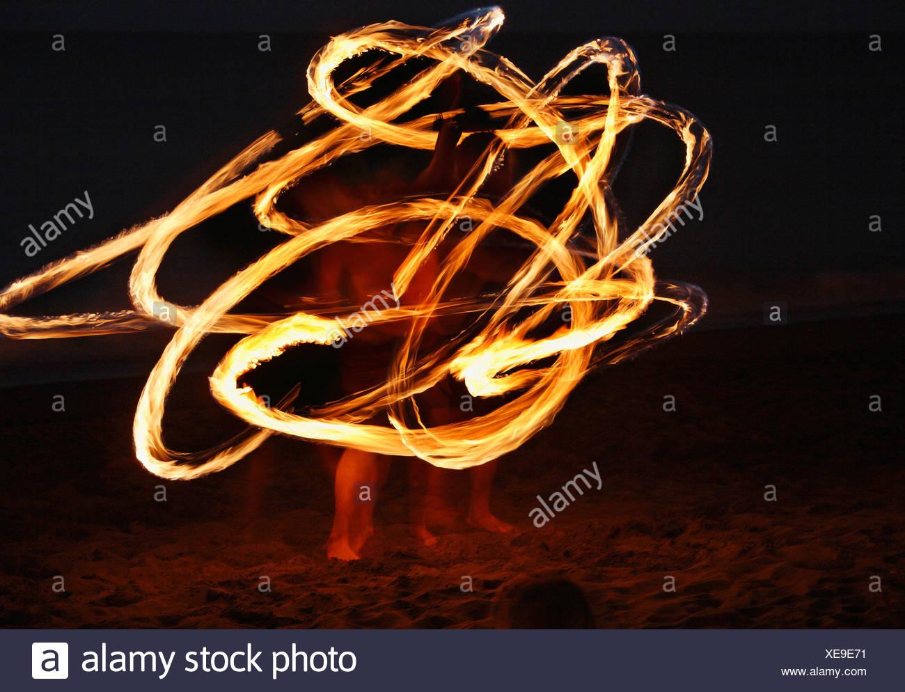 Espagne, Canaries, La Gomera, La Playa, Valle Gran Rey, Personnes faisant la danse de la torche sur la plage au soir Photo Stock