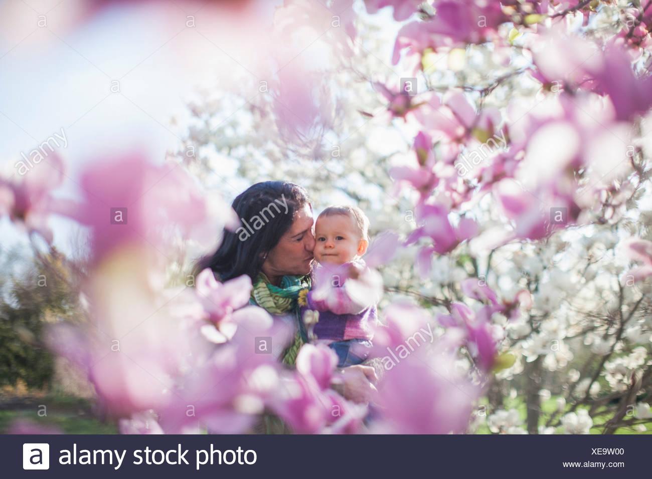 Petite-fille et grand-mère entre magnolia blossom Photo Stock