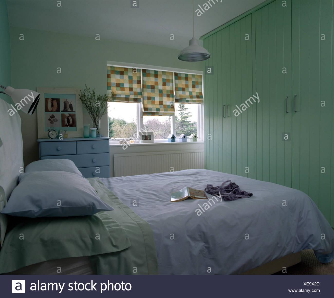 Moderne petite chambre avec placard, paintedwooden vert ...
