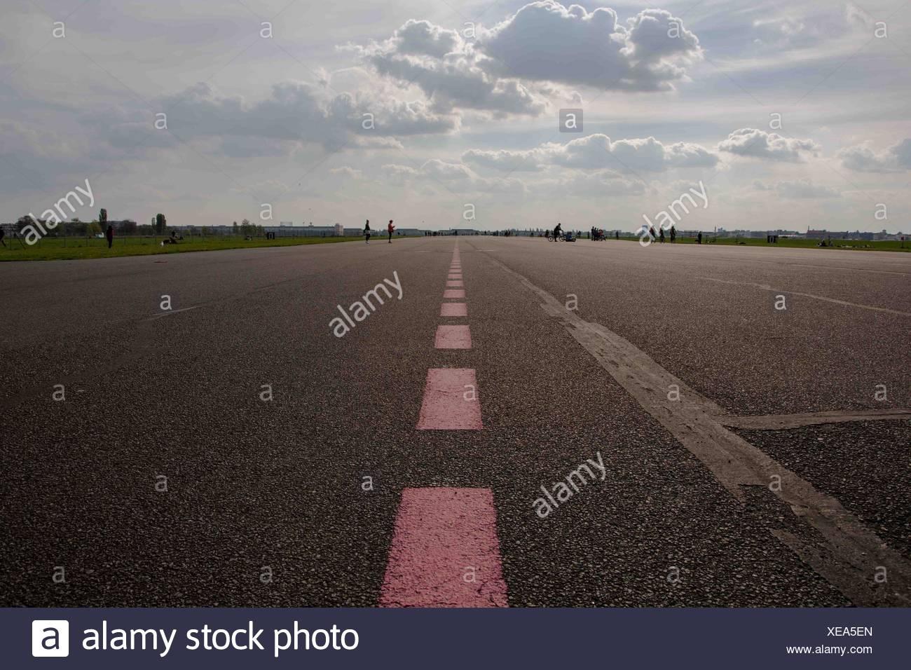 Le marquage routier sur route contre Sky Photo Stock