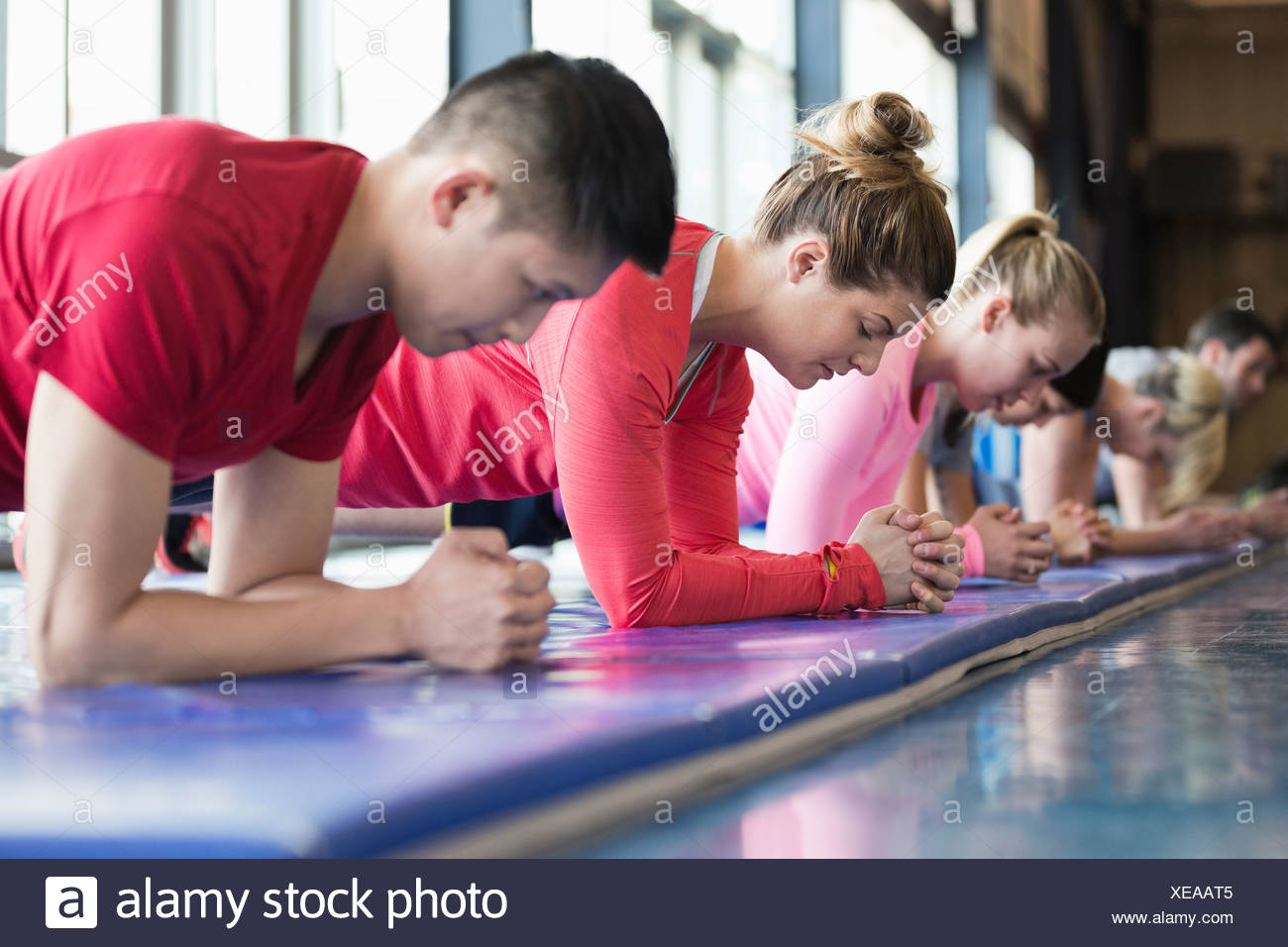 Groupe de personnes exerçant dans la classe de conditionnement physique Photo Stock