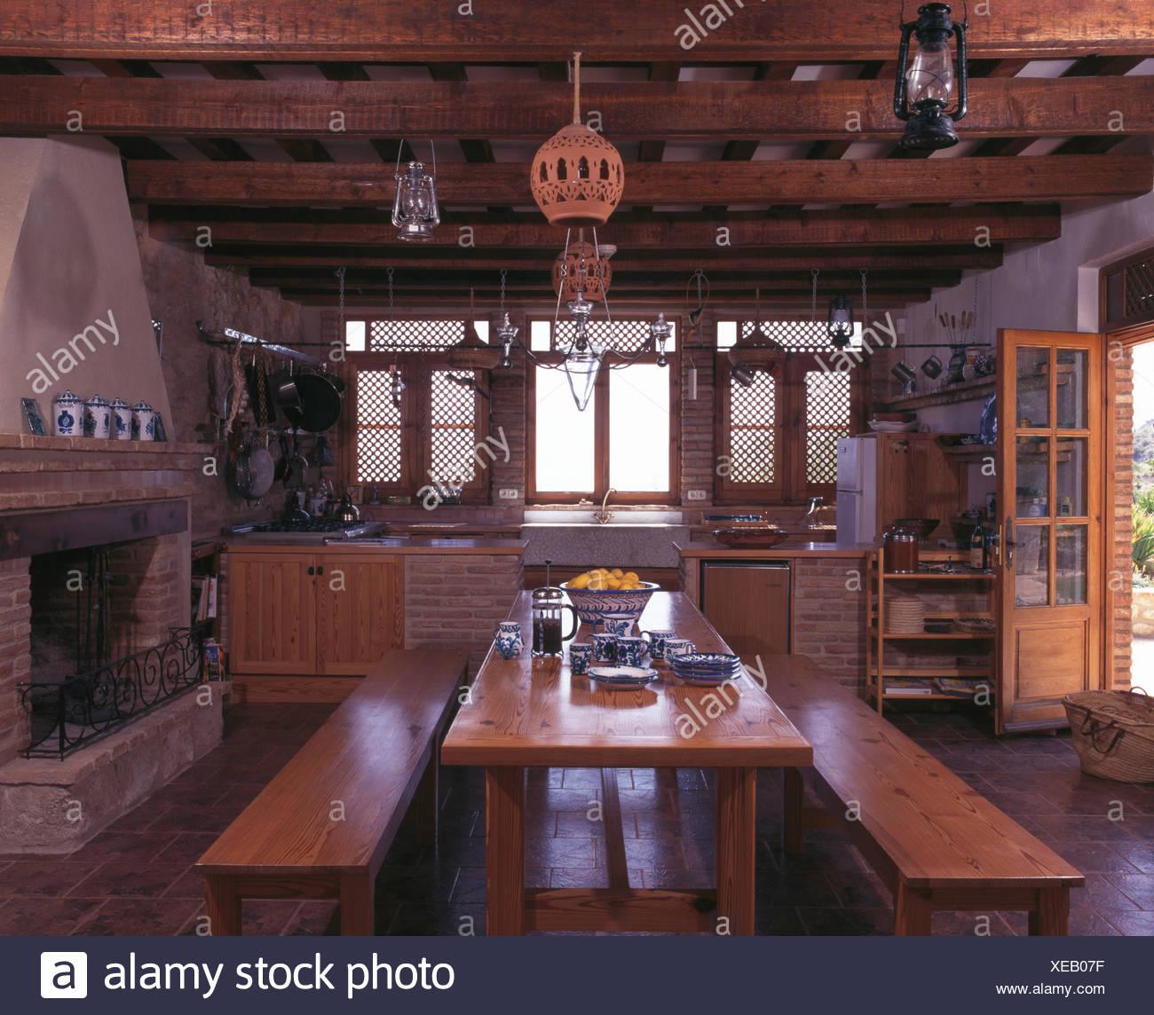 Table Et Bancs En Bois En Espagnol Pays Cuisine Avec Plafond à