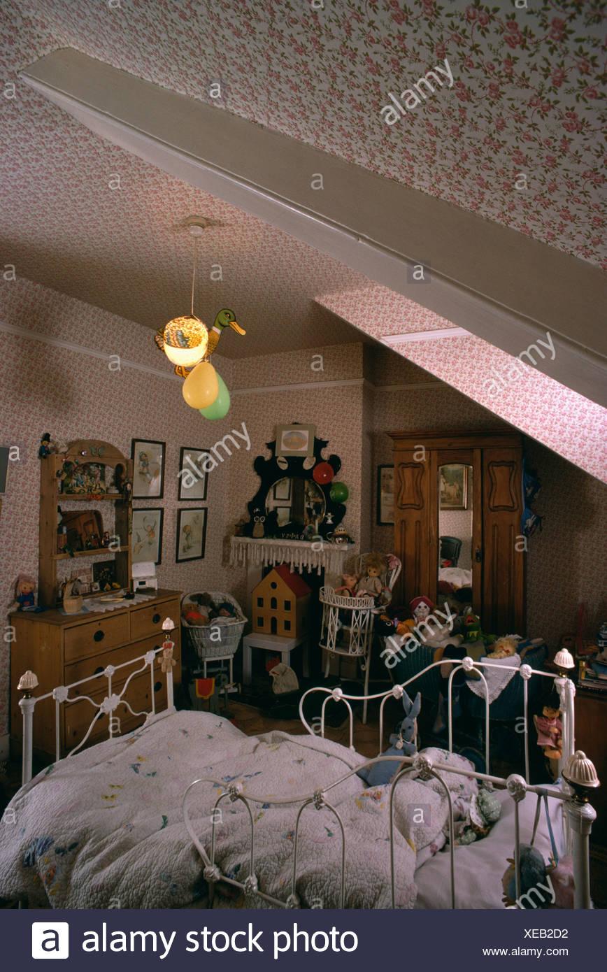 Papier Peint Chambre Mansardée victorien blanc lit bébé dans une chambre mansardée de l
