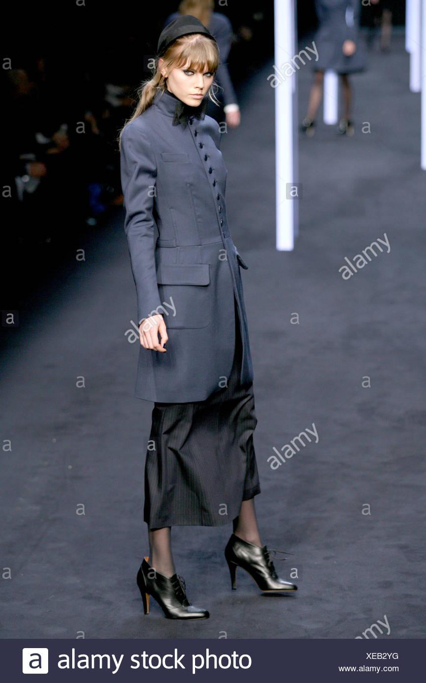 3722c87f56f305 Karl Lagerfeld Paris Prêt à Porter Automne Hiver Femme genou portant ...