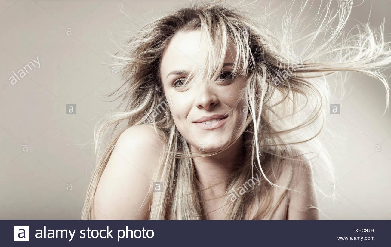 Jeune femme avec des cheveux ébouriffés Photo Stock