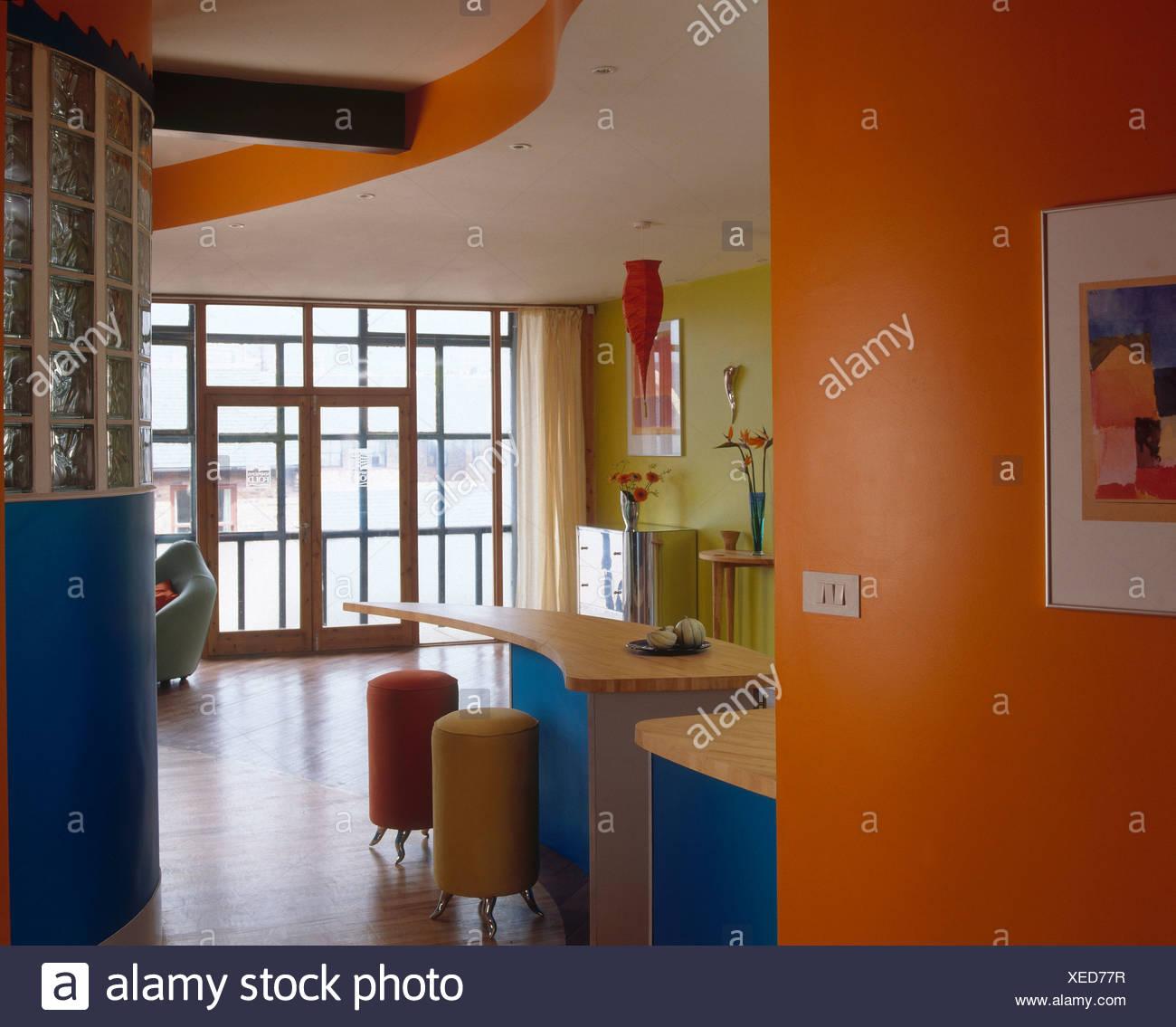 Tabourets Cylindriques Au Petit Déjeuner Bar à Lu0027orange Et Citron Vert  Moderne Cuisine Avec Mur Incurvé