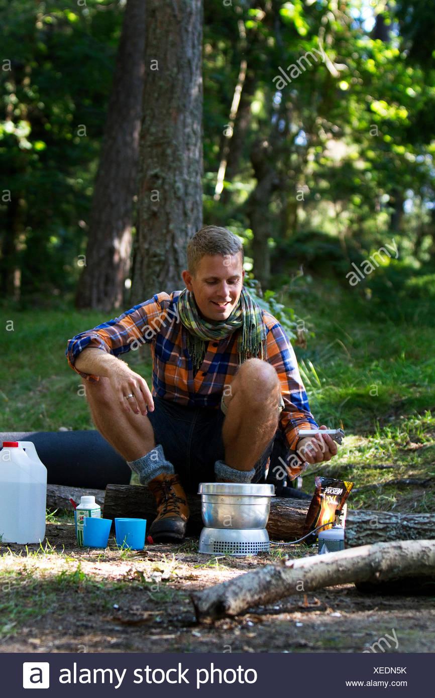 La Suède, l'océan, Agelsjon, randonneur de préparer des aliments sur réchaud de camping Photo Stock